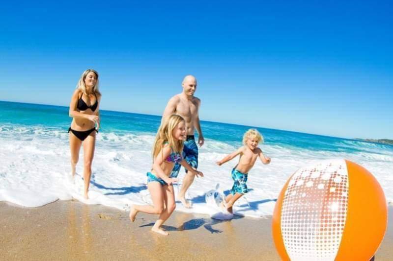 famiglia in vacanze al mare