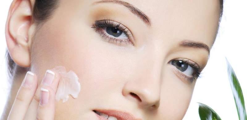 donna spalma crema in viso