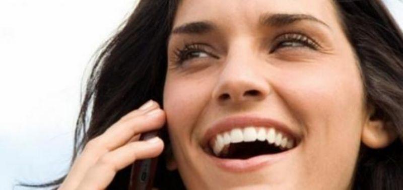 donna che parla al telefono erotico