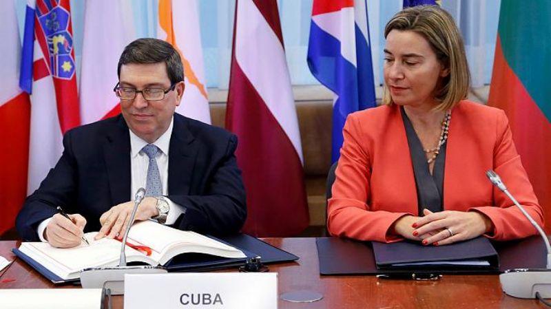 federica mogherini firma accordo con cuba